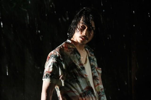 雨に打たれる綾野剛