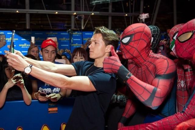 トム・ホランド、コスプレイヤーらと共に自撮り!映画『スパイダーマン:ホームカミング』大熱狂のファンイベント